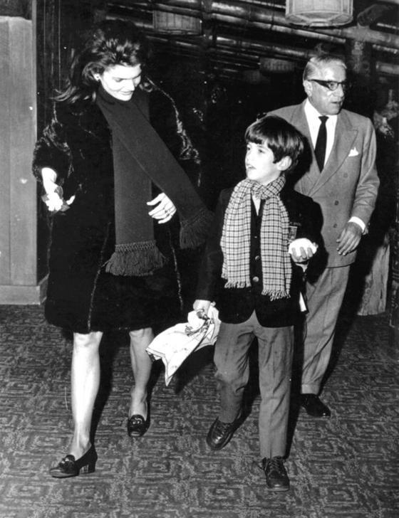오나시스가 숨진 75년까지 7년간 가족으로 지낸 재키와 아들 존 F 케네디 주니어, 오나시스(왼쪽부터).
