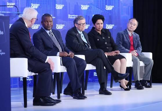 단고테(왼쪽에서 둘째)와 미국 마이크로소프트의 창업자 빌 게이츠(셋째), 일본 소프트뱅크의 손정의 회장(맨 오른쪽)이 지난해 9월 미국 뉴욕에서 열린 블룸버그 글로벌 비즈니스 포럼에 참석했다. [EPA=연합뉴스]