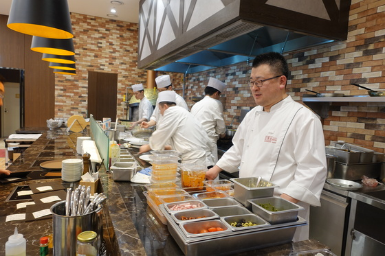 지난 23일 한창 바쁜 점심시간에 한상훈 셰프가 'R.ENA' 주방에서 음식이 나가는 마지막 과정을 챙기고 있다.