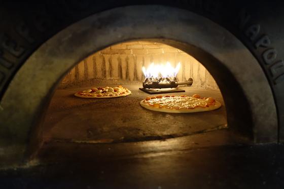 1분 8초가 지나자 피자의 치즈는 형체가 보이지 않을 정도로 녹았다.