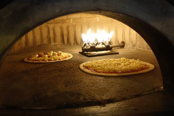 화덕에 갓 들어간 피자. 마르게리타(왼쪽)와 프로슈토 루콜라 피자를 만드는 과정이다.