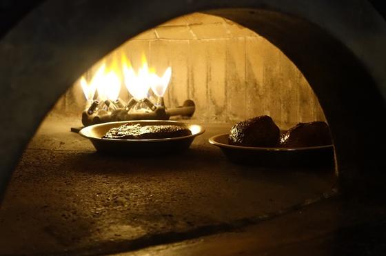 팬에서 초벌구이 한 꽃등심(왼쪽)과 안심 스테이크를 피자 화덕에서 재벌 굽고 있다. 오븐에서 구울 때보다 고기가 더 촉촉하게 익는다고 한다.
