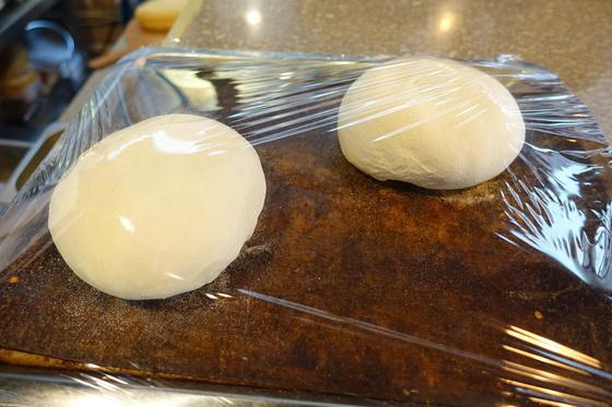 식전빵을 만들기 위해 1차 발효 중인 반죽.