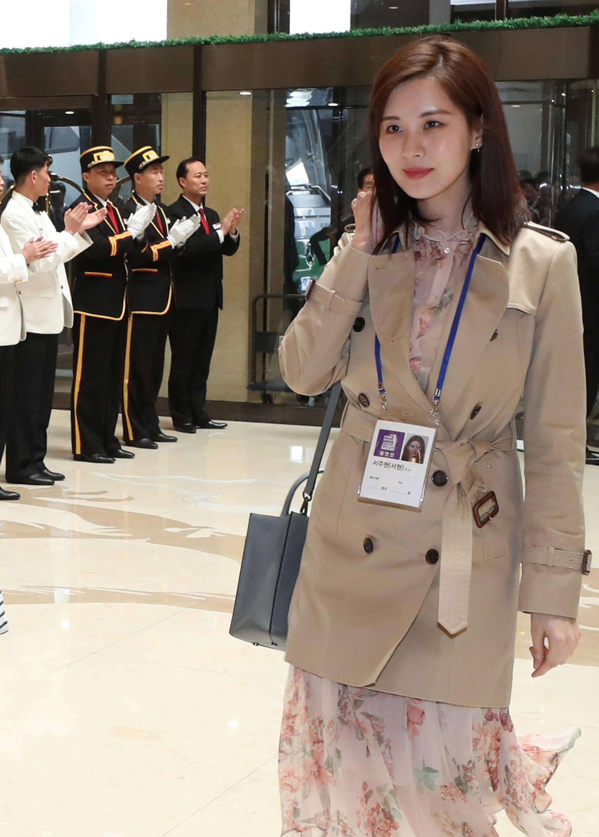 남북평화 협력기원 남측예술단 일원인 서현이 31일 오후 평양 고려호텔에 도착, 직원들의 환영을 받고 있다. [사진공동취재단=연합뉴스]