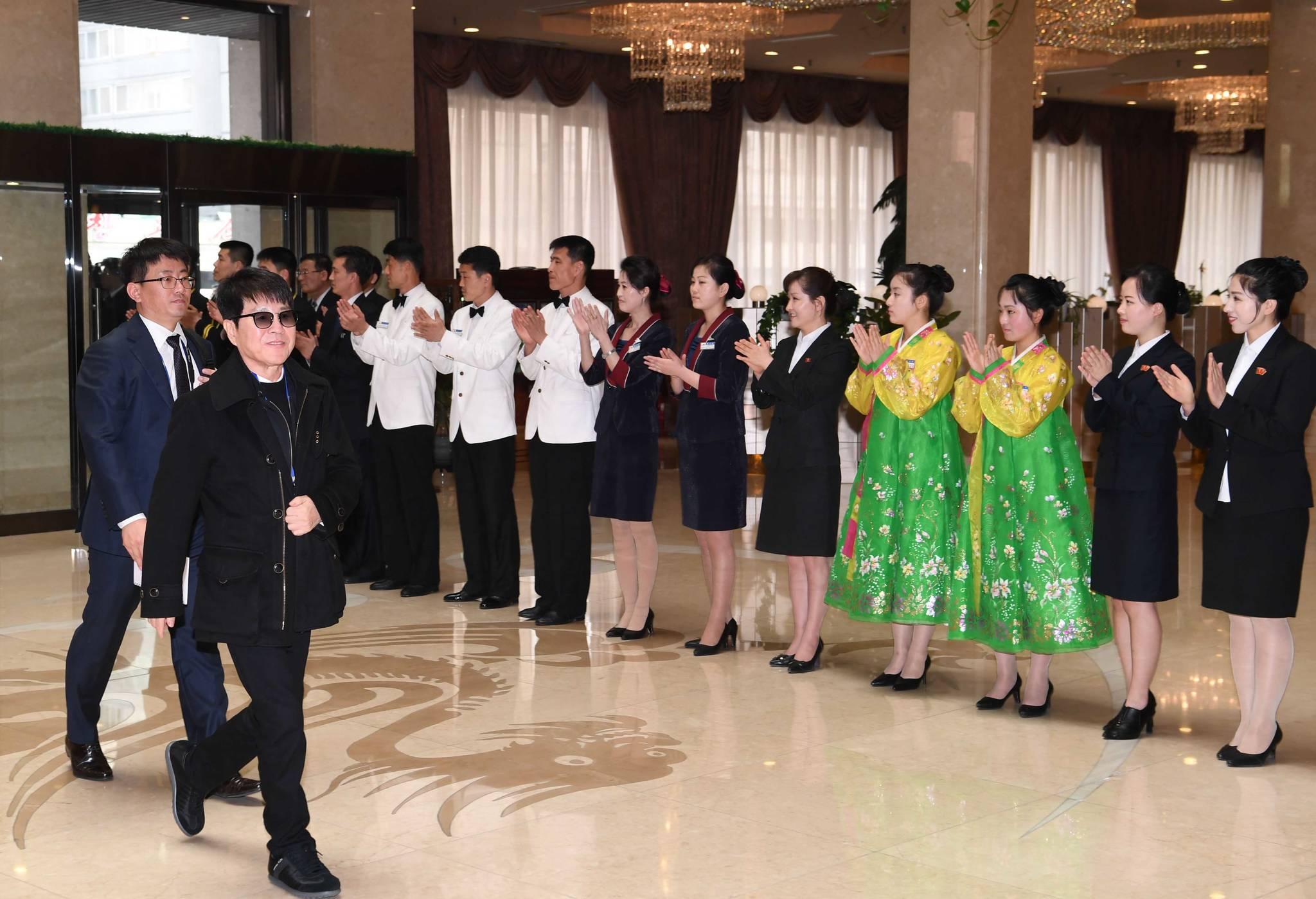 남북평화 협력기원 남측예술단 일원인 가왕 '조용필'이 31일 오후 평양 고려호텔에 도착, 직원들의 환영을 받고 있다. [사진공동취재단=연합뉴스]