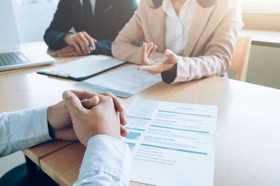 캐나다의 대부분 기업들은 직원을 채용할 때 영어로 인터뷰를 두세 번에 걸쳐 진행하므로, 영어 능력이 부족한 한인이민자들의 취직이 어렵다. [사진 freepik]