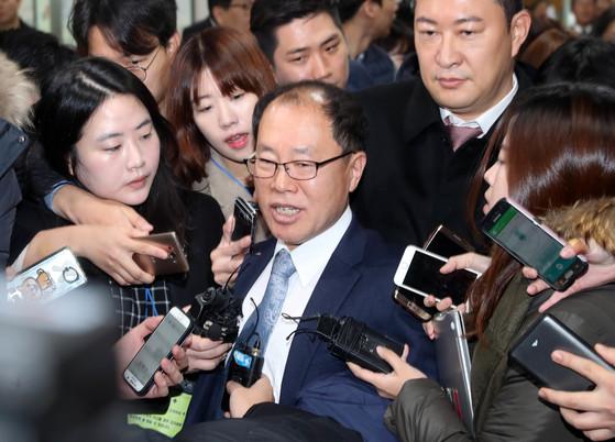 2017년 11월 27일 조현권 변호사 등 국선변호인단이 서울중앙지법을 떠나며 기자들의 질문을 받고 있다. 강정현 기자