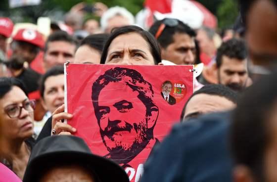룰라 전 브라질 대통령 지지자가 4일 연방대법원 앞에서 룰라 전 대통령 모습이 그려진 포스터를 들고 서 있다. [브라질리아 afp=연합뉴스]