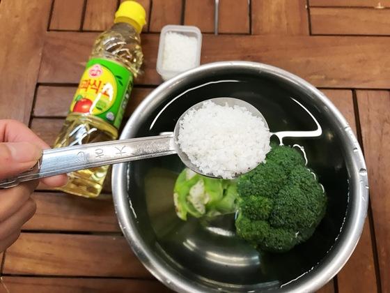 마무리는 농약 없애기 과정이다. 식초 또는 소금 한 스푼을 넣은 물에 브로콜리를 5분간 담갔다가 깨끗한 물에 헹군다.