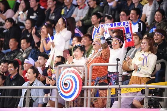 2018 한국-태국 여자배구 올스타전에서 응원하고 있는 태국 팬들. [사진 KOVO]