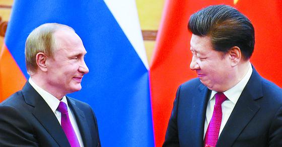 2017년 6월 중국 베이징 인민대회당에서 만난 블라디미르 푸틴 러시아 대통령(왼쪽)과 시진핑 중국 국가주석. [중앙포토]