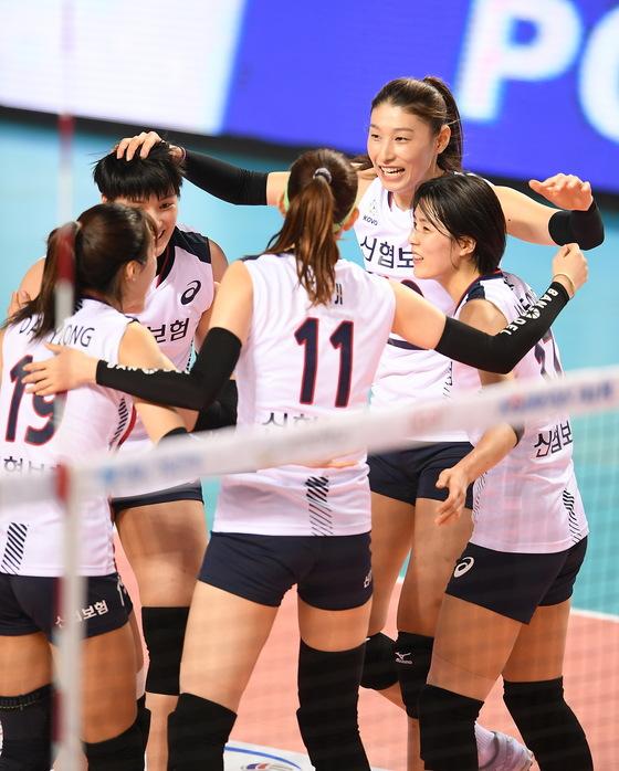 2018 한국-태국 여자배구 올스타전에서 득점하고 기뻐하는 한국 선수들. [사진 KOVO]