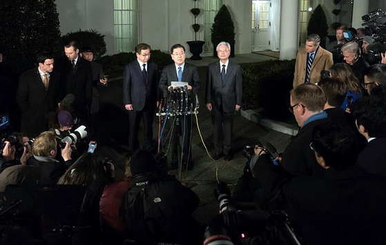 청와대 정의용 국가안보실장이 지난달 8일(현지시간) 미국 워싱턴 백악관 웨스트윙 앞에서 도널드 트럼프 미국 대통령과의 면담 결과를 발표하고 있다. 왼쪽은 서훈 국정원장. 오른쪽은 조윤제 주미대사.