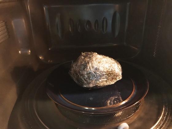 아직 덜 익어 과육이 딱딱한 아보카도를 바로 요리에 쓸 때는 비닐랩으로 감싼 후 전자레인지에 넣고 40초~1분 정도 돌리면 질감이 부드러워진다.