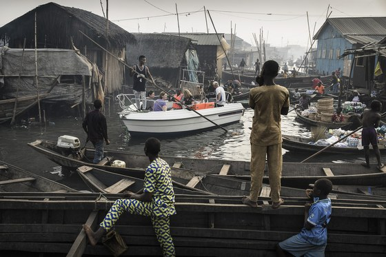 컨템퍼러리 이슈 부문 1위 수상작 . 나이지리아의 남서부 해안도시 라고스의 한 수상가옥 밀집지역을 구경하는 관광보트(가운데 흰색)와 주변풍경이 담긴 모습이다. 마코코라 불리는 이 수상가옥 밀집지역에는 수세대에 걸쳐 살아온 주민 15만여명이 거주한다.[EPA=연합뉴스]