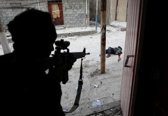 스팟 뉴스부문에서 3위를 차지한 이라크 모술의 시가전 모습. 작년 3월 이라크 모술에서 정부군이 자살폭탄 용의자를 사살하는 장면이다. 모술을 탈환하기 위해 정부군은 ISIS와 1년 가량 치열한 전투를 벌였다.[로이터=연합뉴스]