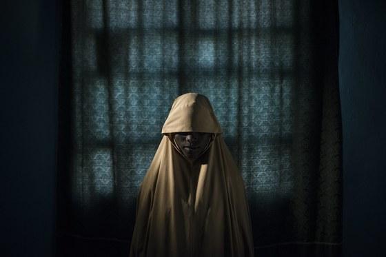 '올해의 사진' 후보에 올랐던 보코 하람에 납치됐던 소녀. 14세 소녀 아이샤는 나이지리아의 무장단체 보코 하람에 납친된 후 자살폭탄 테러를 강요당했다. 위기 속에서 아이샤는 가까스로 탈출해 새로운 삶을 살고 있다.[EPA=연합뉴스]