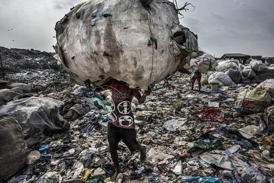 환경 스토리부문 1위를 차지한 나이지리아의 한 쓰레기장. 이곳에는 하루에 3천톤 가량의 쓰레기들이 쏟아진다. 인근에 살고 있는 4천여명의 빈민들은 매일 이곳을 뒤지면서 재활용이 가능한 물건을 모아 내다 팔면서 생계를 유지한다. 월드뱅크는 전세계에서 하루에 3백 5십만톤의 쓰레기가 나온다고 밝혔다. 100년전 인간이 만들어낸 쓰레기 양의 10배 가량이 늘어났다. [EPA=연합뉴스]