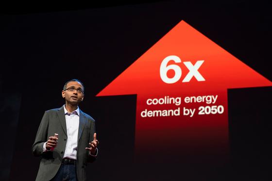 아스왓 라마 박사가 적외선을 이용한 냉방 시스템에 대해 설명하고 있다. [사진 TED]