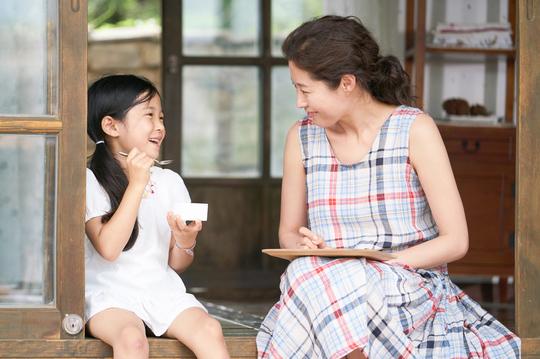 영화 '리틀 포레스트'에서 크림브륄레는 토라진 어린 혜원과 혜원의 친구 은숙의 마음을 풀어주는 역할을 한다. [사진 리틀 포레스트 캡쳐]
