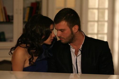 터키 드라마 '금지된 사랑'의 한 장면. 오른쪽은 드라마의 세계적인 인기로 '할랄 브래드 피트'라는 별명을 얻은 크완츠 타틀르투우.