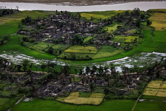 로힝야족이 모여 사는 미얀마 서부 리아킨주의 한 마을이 불에 탄 채 남아있다. 지난해 9월 27일 촬영된 사진이다. [로이터=연합뉴스]