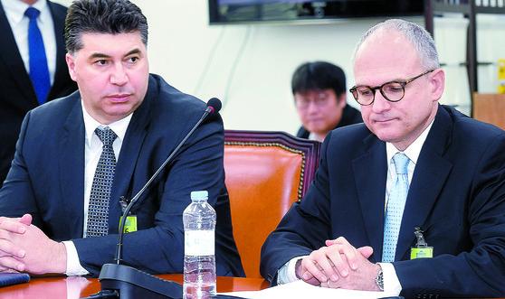 배리 엥글 GM 총괄부사장 겸 해외사업부문 사장(오른쪽)과 카허 카젬 한국GM 사장. [중앙포토]