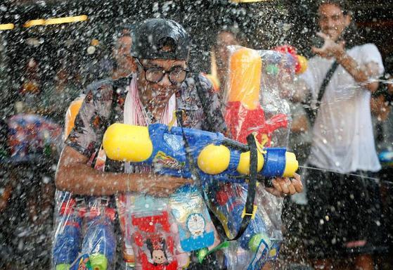 송끄란 물축제 즐기는 관광객. [로이터=연합뉴스]