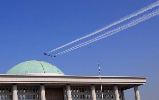 대한민국 공군 특수비행팀 블랙이글스가 17일 서울 여의도 국회 상공을 비행하고 있다. 이번 비행은 21일 태권도 '평화의 함성' 행사를 위한 축하비행의 사전 비행으로 펼쳐졌다. [연합뉴스]