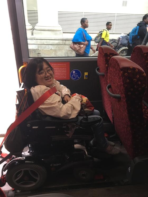 런던에서는 장애인 편의시설이 잘 갖춰진 대중교통과 버스기사, 택시기사의 몸에 밴 친절에 감동했다. 저상버스 장애인 전용석에 윤현희씨가 자리를 잡았는데, 버스기사가 안전벨트도 꼭 해야 한다며 벨트를 채워줬다. [사진 윤현희]