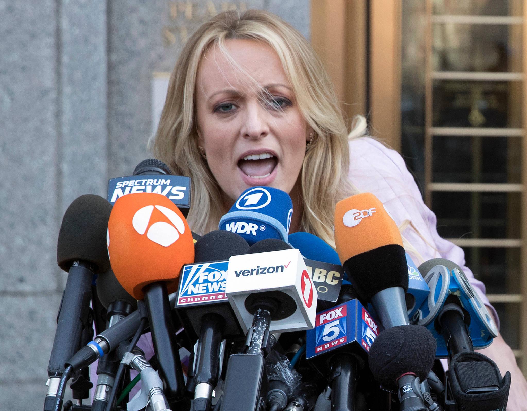 법원 앞에서 대니얼스가 취재진을 향해 이야기하고 있다. [AP=연합뉴스]