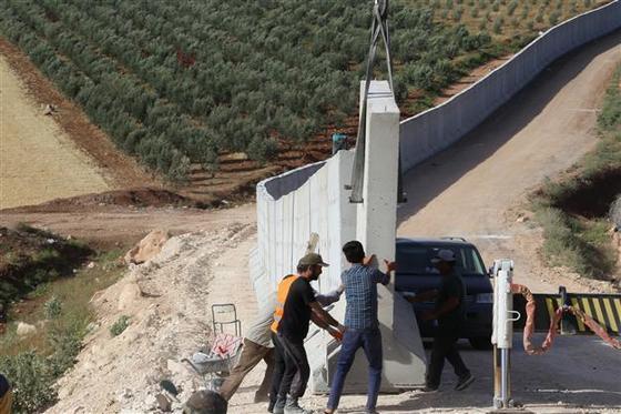 터키와 시리아 국경에는 911km에 달하는 장벽이 세워져있다. 슈피겔은 2016년 3월 체결된 EU와 터키의 난민 협정으로 인해 시리아 난민에 대한 터키의 국경 통제가 더욱 심해졌다고 보도했다. [중앙포토]