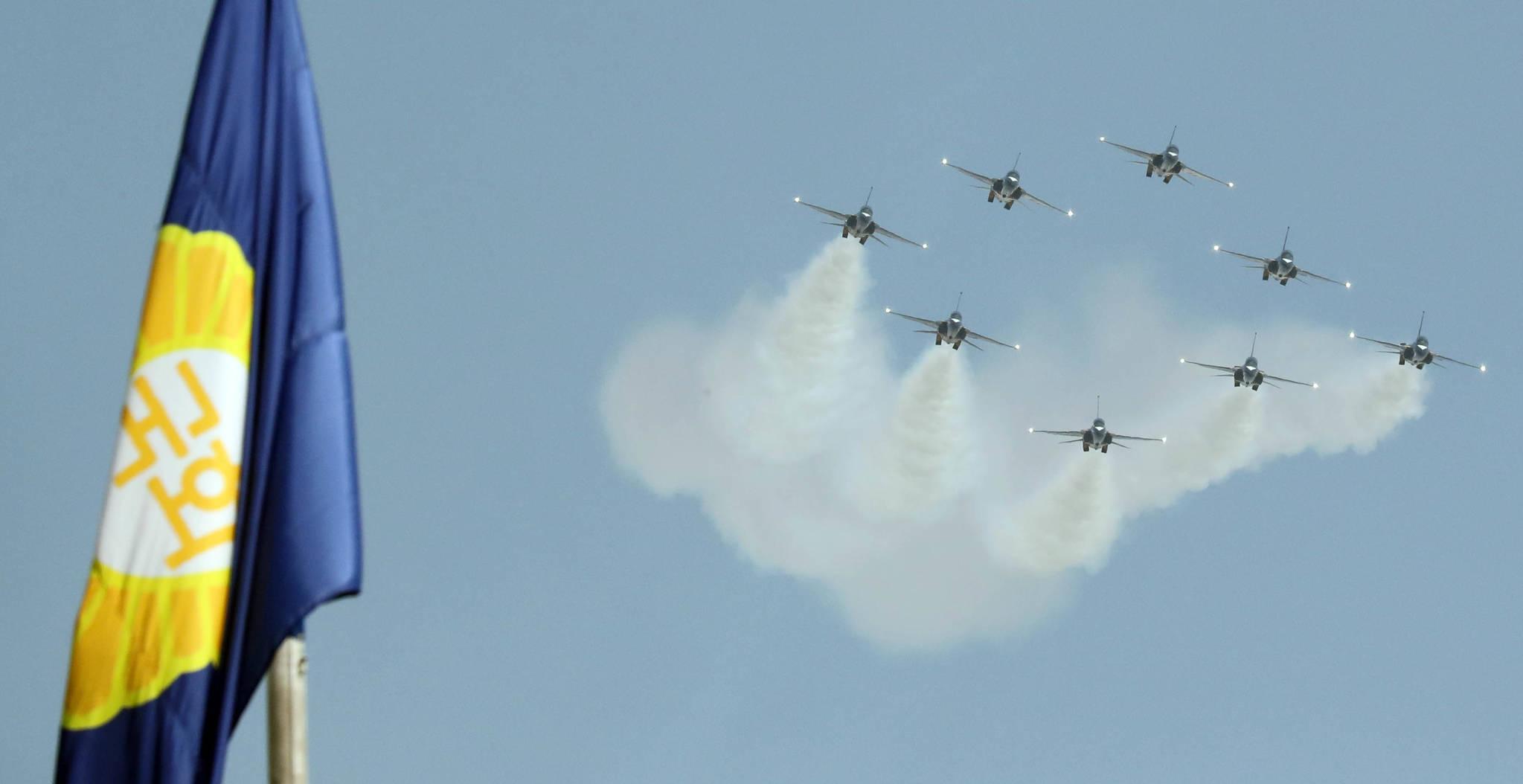 공군 블랙이글스가 17일 국회 상공에서 곡예비행을 하고 있다. 강정현 기자