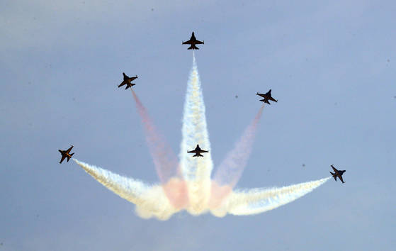 공군 특수비행팀 블랙이글스가 17일 서울 여의도 국회 상공을 비행하고 있다. 이번 비행은 21일 태권도 '평화의 함성' 행사를 위한 축하비행의 사전 비행으로 펼쳐졌다.[연합뉴스]