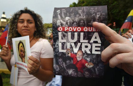 룰라 대통령을 석방하라고 요구하는 시위자들. [AFP=연합뉴스]
