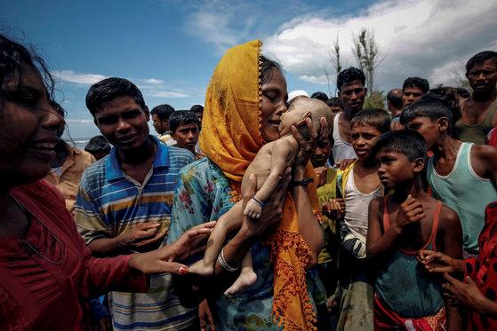 방글라데시로 피난 중 생후 40일 된 아이를 잃은 로힝야족 여성이 슬퍼하고 있다. 지난해 9월 14일 촬영됐다. [로이터=연합뉴스]