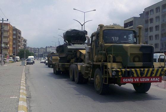 터키군의 군용트럭이 시리아 국경 인근에서 미사일 발사대를 운송하고 있다. EU는 협약에 따라 터키 정부에 30억유로(3조9550억원)를 지급하고 터키내 시리아 난민의 처우를 개선하기로 했지만 이 돈이 무기제조업체로 흘러들어갔다는 의혹이 제기됐다. [중앙포토]