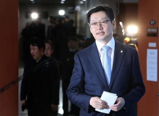 김경수 더불어민주당 의원이 16일 민주당원 댓글조작 사건에 대해 설명을 하기 위해 국회 정론관에 들어서고 있다.