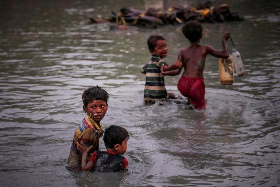 로힝야족 어린이들이 지난해 11월 1일 미얀마와 방글라데시 국경 지역을 흐르는 나프강을 건너고 있다.[로이터=연합뉴스]
