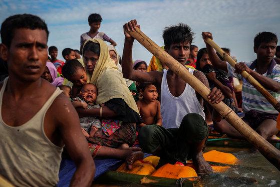 지난해 11월 방글라데시로 피난하기 위해 보트를 타고 라프강을 거너는 로힝야족 난민들. [로이터=연합뉴스]