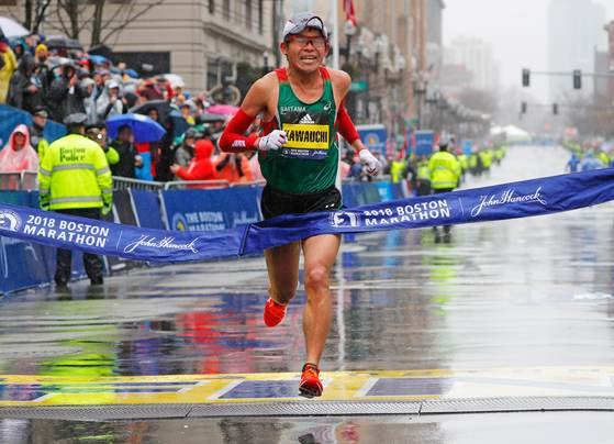 122회 보스턴 마라톤에서 결승선을 통과하는 일본의 마라토너 가와우치 유키. [로이터=연합뉴스]