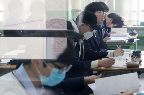 미세먼지가 '나쁨' 수준인 날, 서울 종로구의 한 고등학교에서 고3 학생들이 마스크를 쓴 채 수업에 열중하고 있다. [뉴스1]