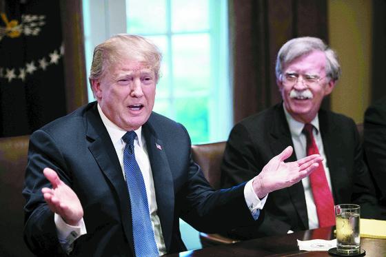 도널드 트럼프 미국 대통령(왼쪽)과 존 볼턴 백악관 국가안보보좌관. [AFP=연합뉴스]