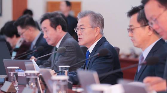 지난 10일 청와대에서 열린 국무회의에서 문재인 대통령이 발언하고 있다. [청와대 사진기자단]