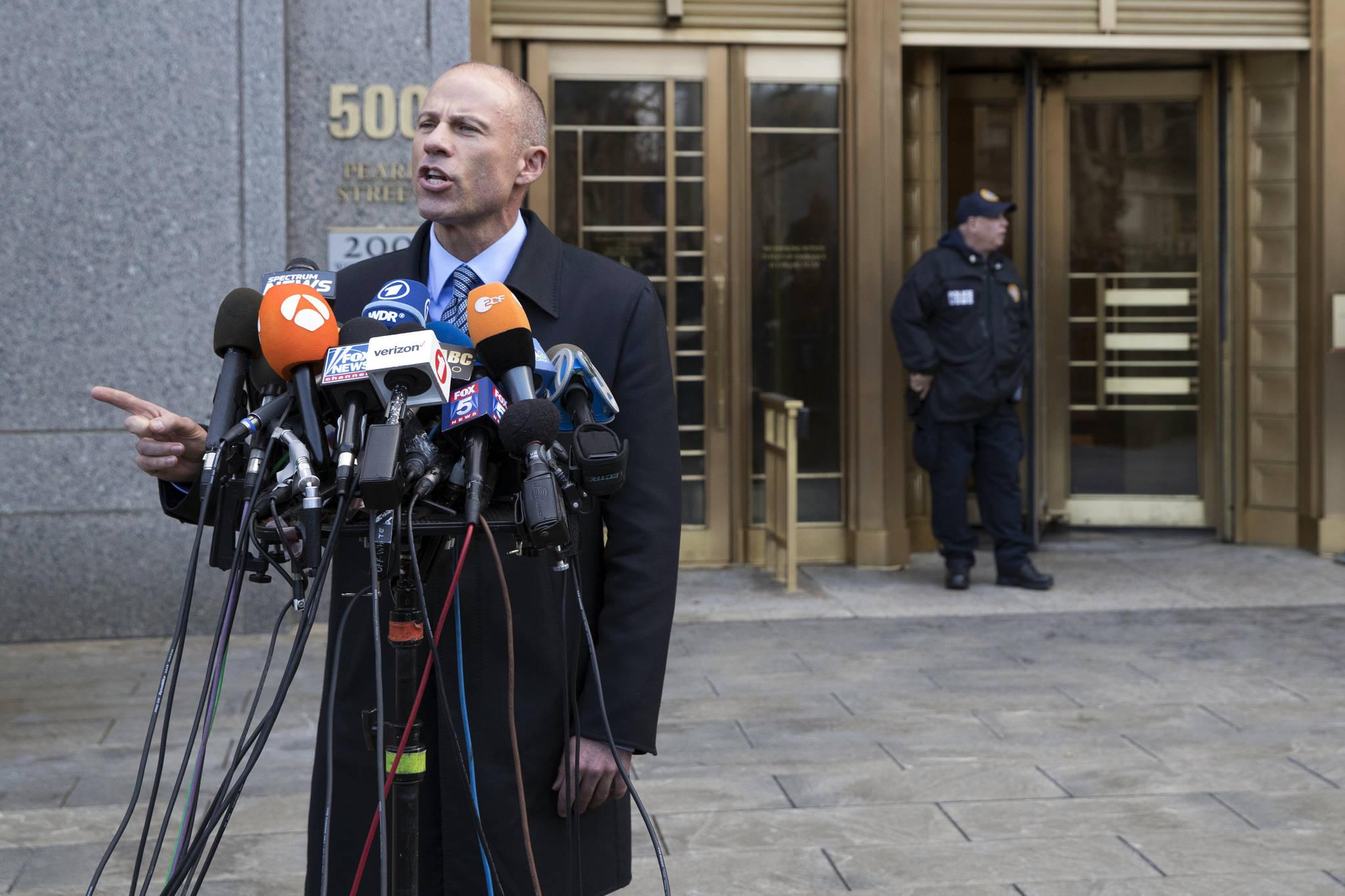 대니얼스의 변호사 마이클 아베나티가 법원에 모인 취재진들 앞에서 발언을 하고 있다. [AP=연합뉴스]