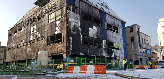 지난해 12월 21일 대형 화재참사가 발생한 충북 제천시 하소동의 복합상가건물. [중앙포토]
