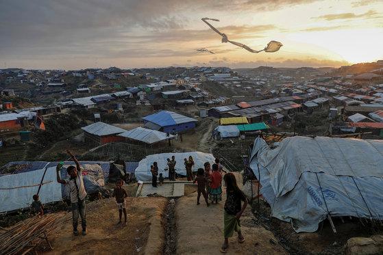 지난해 12월 10일 방글라데시에 있는 로힝야족 난민캠프에서 어린이들이 연을 날리고 있다. [로이터=연합뉴스]