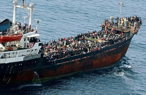 상선 모니카호를 타고 이탈리아로 밀입국하려다 지중해에서 이탈리아 해군에 적발된 불법 이민자 1000여명이 시칠리아 동남부 카타니아에 입항한 뒤 하선 준비를 하고 있다. EU와 이탈리아는 지중해를 통해 유입되는 난민을 통제하기 위해 리비아 해안경비대를 지원하는 등 경비를 강화했다.[AP=연합뉴스]