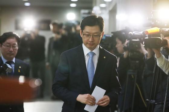 김경수 더불어민주당 의원이 16일 민주당원 댓글조작 사건에 대해 설명을 하기 위해 국회 정론관에 들어서고 있다. 오종택 기자