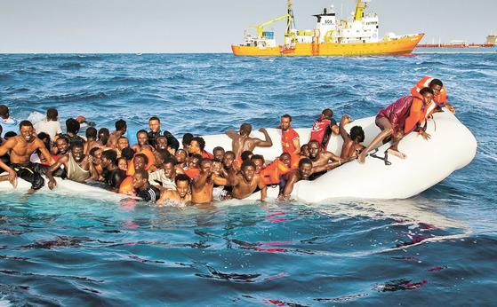 2016년 4월 17일 지중해를 건너 이탈리아로 가려는 보트피플이 좌초하면서 이탈리아 선박 아쿠아리우스에 SOS를 보내고 있다. EU와 터키는 지난 2016년 이러한 보트피플을 보호하고 난민 브로커를 막기 위한 협약을 체결했다. [중앙포토]